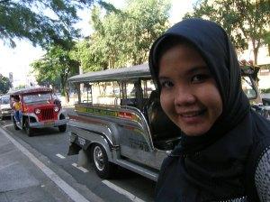 Ini namanya jeepney alias angkot. Lagi ngetem nunggu penumpang tuh..